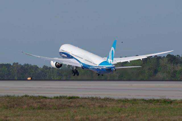 Boeing 787-10 takeoff